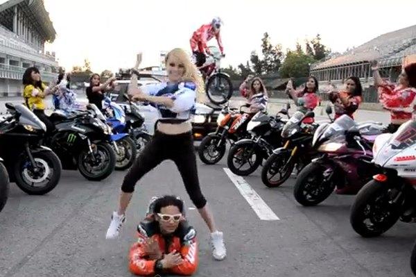 קוקוריקו: Gangnam Moto Style
