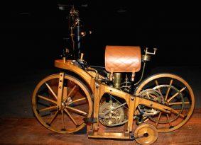 כך רוכבים השותלים – האופנוע הראשון בעולם היה עשוי עץ…