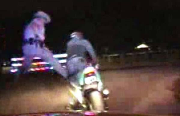 וידאו: אליפות העולם בטמטום, שוטר נגד אופנוען