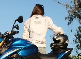 היא רק רוצה לקנות! <BR>סקירה על קסדת Arai Rebel, מעיל נשים Cat2Moto וכפפות Laret RZ Carbon