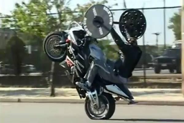 קוקוריקו: אופנוע שרירים
