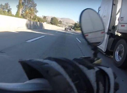 וידאו: אופנוען נופל תחת סמיטריילר – ויוצא בהליכה
