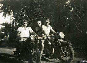 חלוצים רוכבים   'תמונות של סבא על אופנוע'