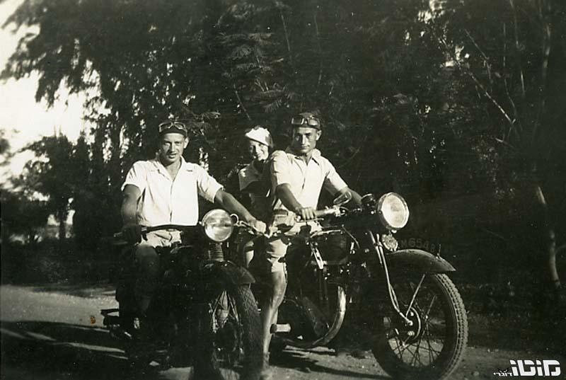 חלוצים רוכבים | 'תמונות של סבא על אופנוע'
