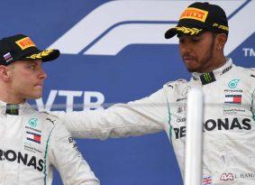 F1 רוסיה: בוטס נשכב על הגדר בשביל המילטון