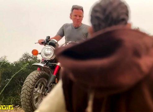 יואן מקגרגור בקפיצה נועזת עם אופנוע